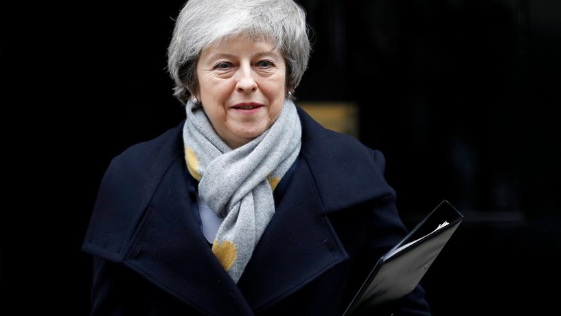 Theresa May considera adiamento do Brexit